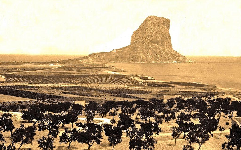 El paisaje de Calp y el penón de Ifac en los años 20