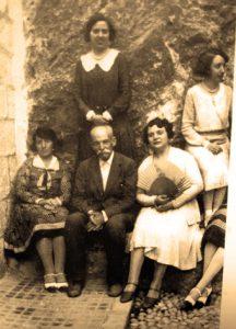 Don Carlos, en Guadalest, junto a sus sobrinas Cabrera Abargues