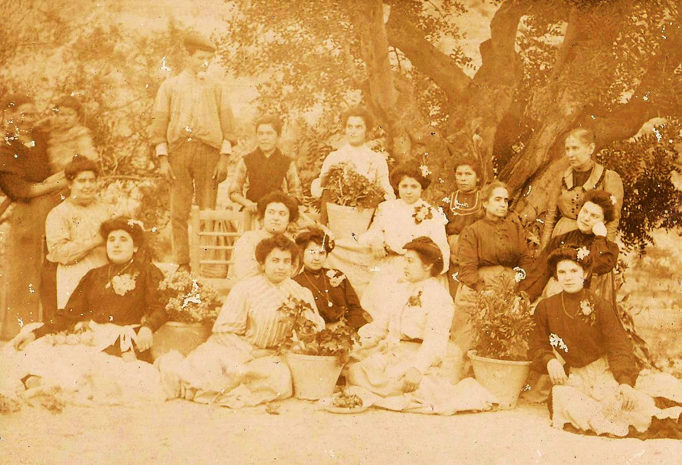 """Xaló, última década del siglo XIX, las cinco hermanas Durá Giner, """"Les Duranes"""", en primer término. Su madre anciana, Josefa Giner, la segunda por la derecha."""