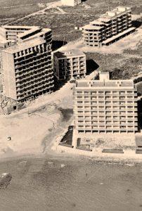 Primeros edificios costeros en el área urbana. Foto; archivo privado de Jacky Vázquez