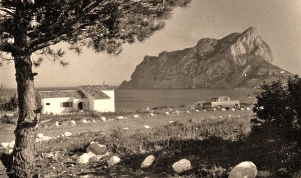 Una de las primeras edificaciones de Calpesa en la parcelación de La Calalga, Los Pinos. Onsérvese el deslinde de vial y parcelas, realizado con piedras encaladas. Fotografía, Jacky Vázquez