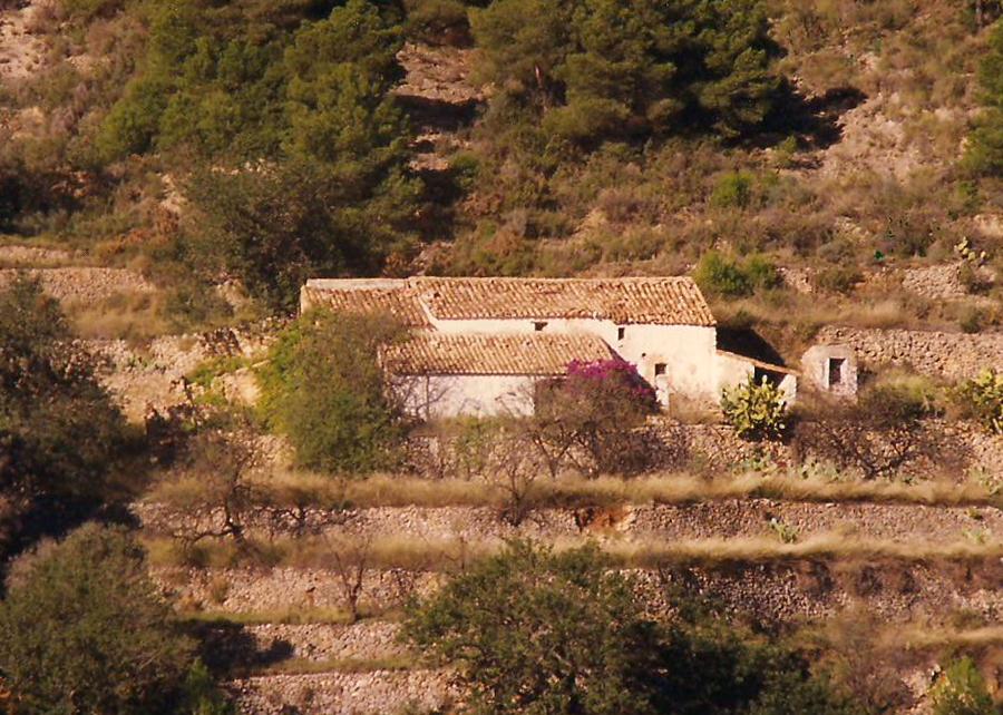 Mas de Fuertes, al pie de la sierra de Les Pedrisses. Imagen de 1995.