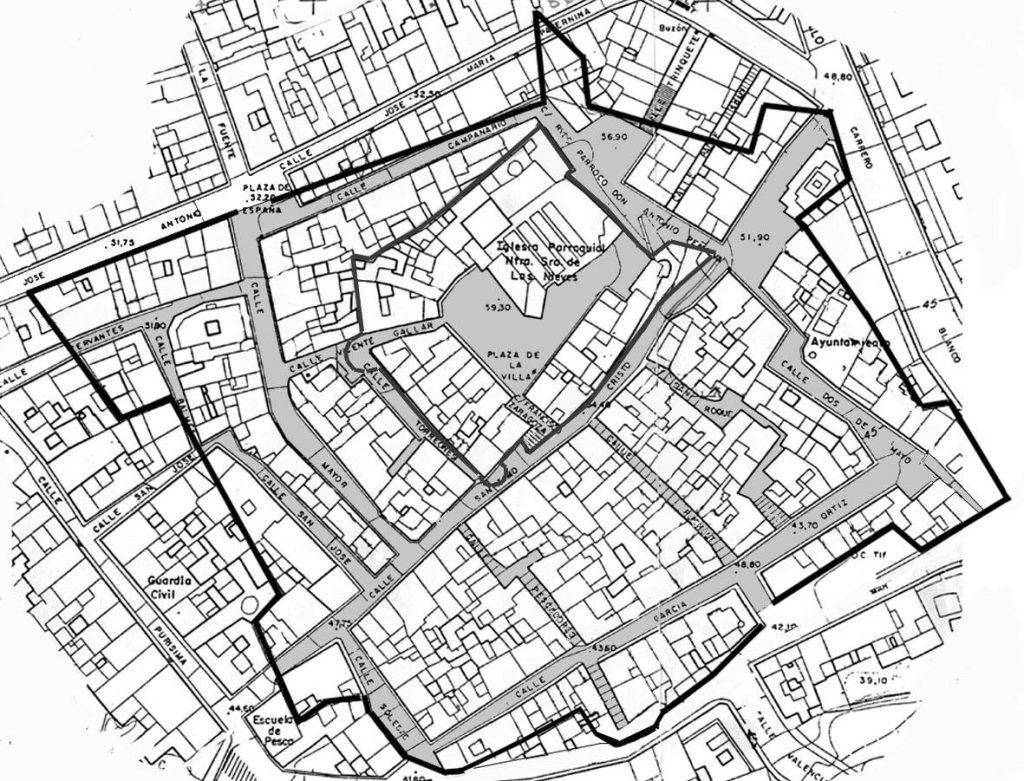 Delimitación de las murallas modernas de Calp sobre el plano actual del casco, publicado en el año 2003.